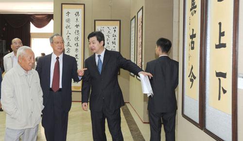 本院院长张道诚(左二)、秘书长汪碧刚(右二)陪同第九届全国政协副主席杨汝岱(左一)参观展览。